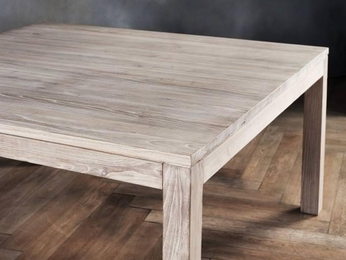 Tavoli in legno sbiancato