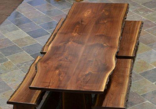 Tavolo con bordo rustico in legno…