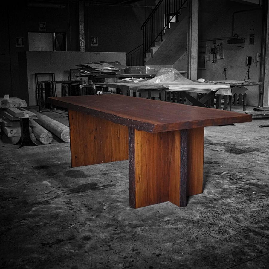 Tavolo in legno massello rhino tavolo con bordo in - Tavolo rustico legno ...