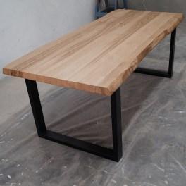 Tavoli in legno massello e gambe in ferro