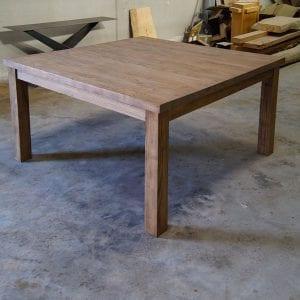 Tavolo quadrato in legno massello di castagno