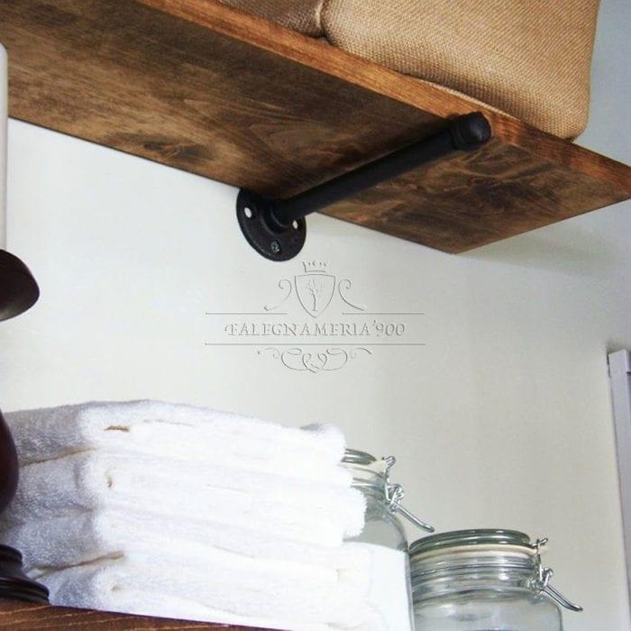 Dettaglio della mensola in legno massello vista dal basso