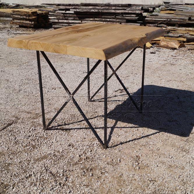 Tavolo in legno massello dai bordi rustici e gambe in ferro
