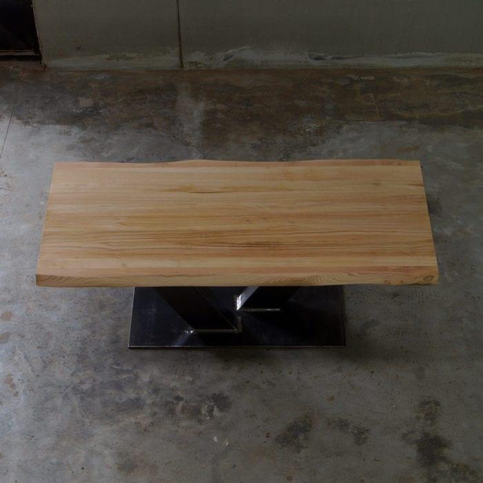 Tavolo in legno massello di castagno con gamba centrale in ferro