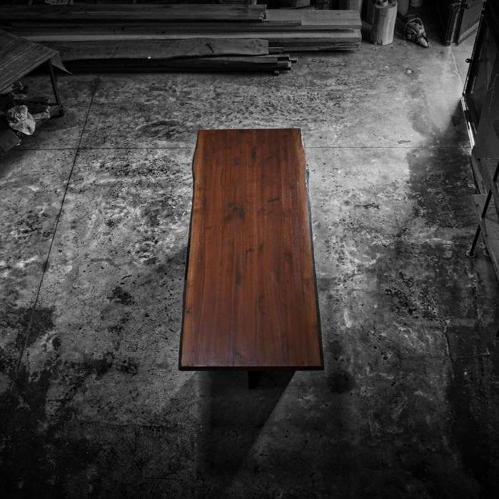 Tavolo con bordo rustico in legno massello di rovere realizzato a mano