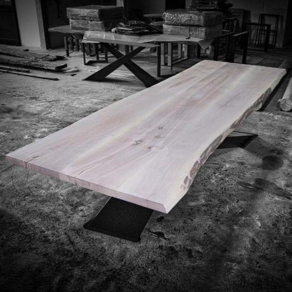 Tavolo in legno massello di noce con gambe in ferro ad X