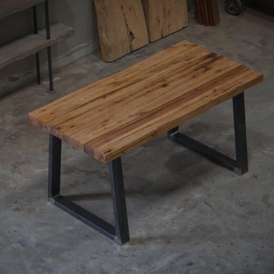 Honey. Tavolo rustico in legno massello di castagno e gambe in ferro ...