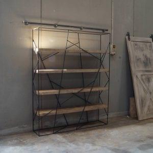 Libreria in legno massello con struttura in ferro