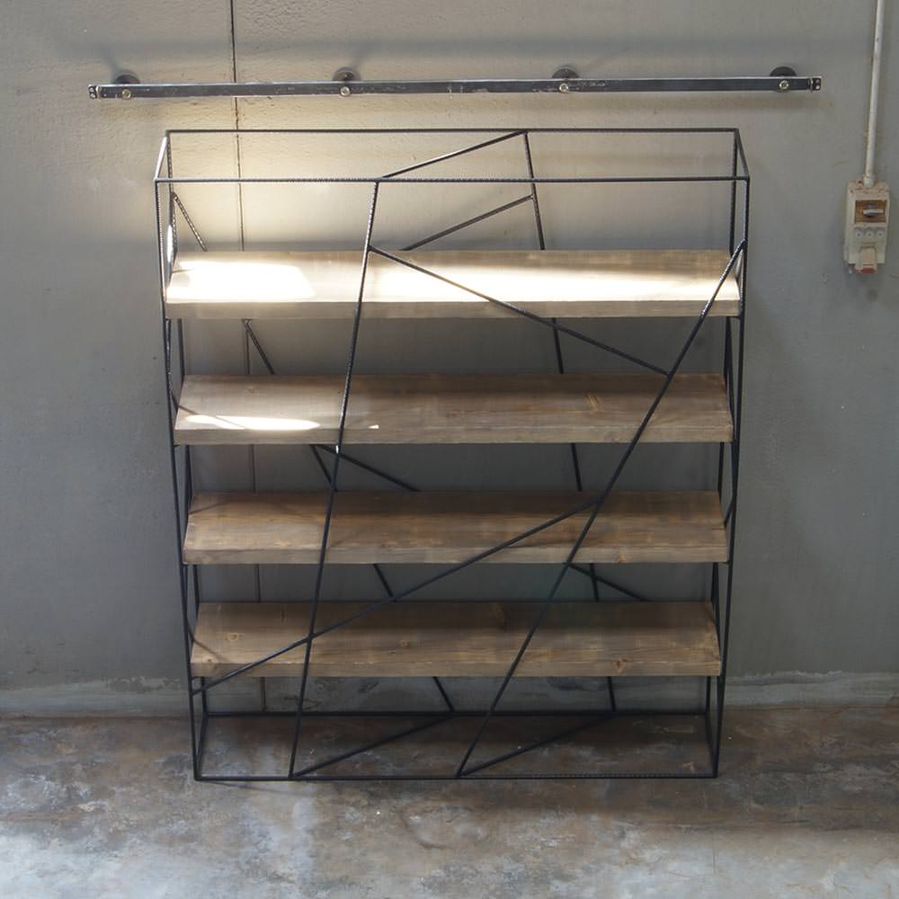 Libreria in legno massello con struttura in ferro realizzata a mano. Zeus.