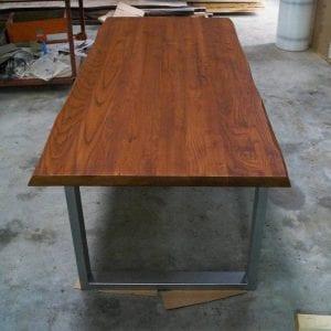 Tavolo in legno massello rustico con gambe in ferro grigio