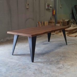Tavolo legno massello design con gambe in ferro