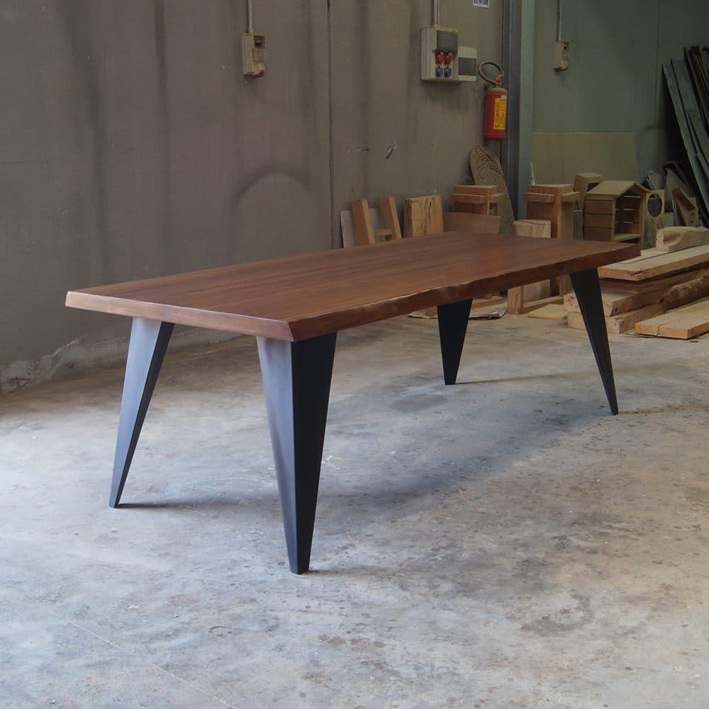 Tavolo in legno massello dal design moderno ora in offerta for Tavoli di design in ferro