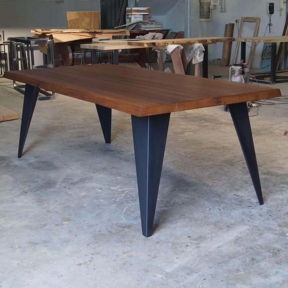 Tavolo in legno massello dal design moderno ora in offerta for Gambe di legno