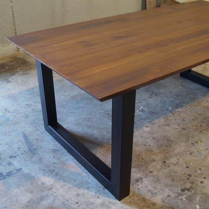 Tavolo in legno massello di castagno con bordo lineare August