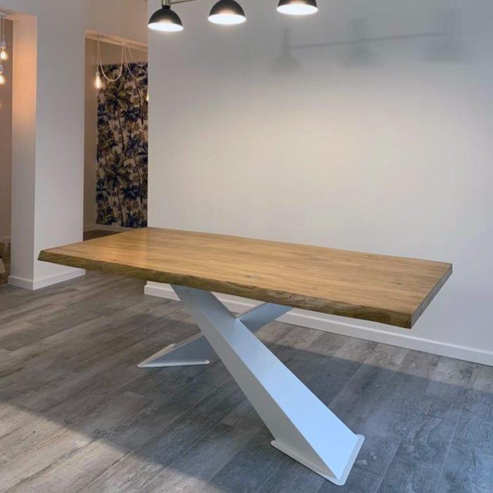 Tavolo in legno massello con gambe ad X