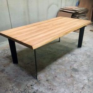 Tavolo in legno massello e gambe in ferro