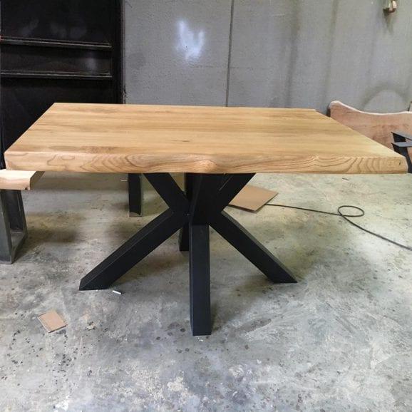 Tavolo Stella in legno massello di castagno dimensioni 140x100cm