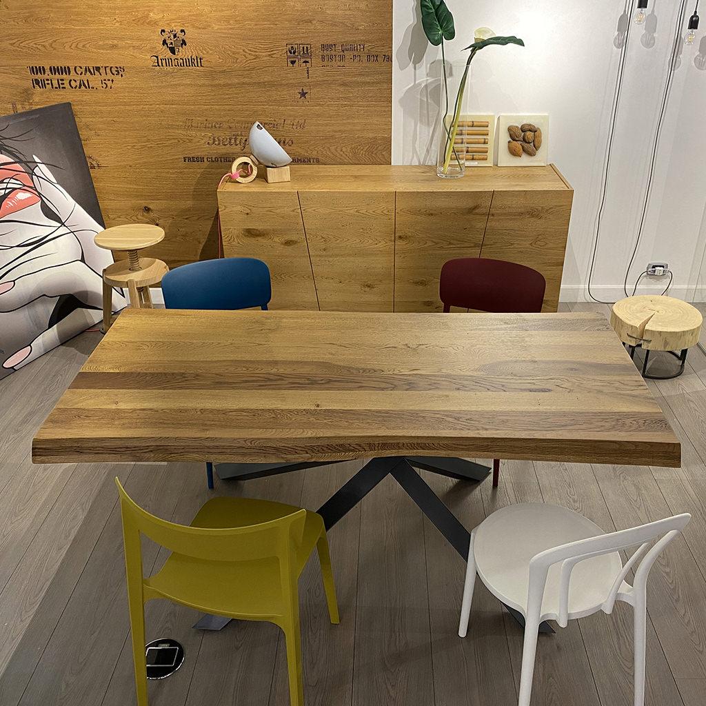 Tavolo Paul. Tavolo in legno massello di Rovere Nodato | Falegnameria900 Mobili in legno su misura